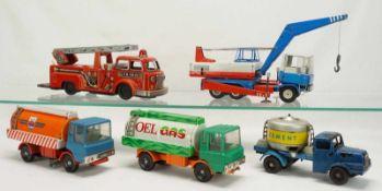 Fünf Blech LKWs, 2. Hälfte 20. Jh.Tin Toy Feuerwehr / Leiterwagen mit Batterieantrieb, LKW mit