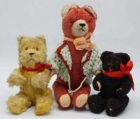 Drei verschiedene Teddybären, 1. Hälfte 20. Jh.Holzwolle, gesticktes Gesicht, Glasaugen,