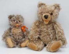 Zwei Zotty Teddybären von Steiff und Teddy Hermann1) Steiff Zotty, um 1950, Mohair, Holzwolle,