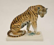 """Storch, Arthur (1870 Volkstedt - 1947 Rudolstadt) """"Sitzender Tiger"""", große Porzellanfigur,"""