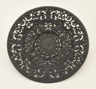 Durchbruchteller Eisen, geschwärzt, rückseitig Buderus-Marke, D. 27,0 cm