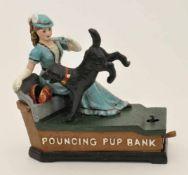 Spardose um 1930, mechanische Darstellung von einem Hund welcher einer jungen Dame Geld in die