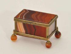 Schatulle 19. Jh., Seitenflächen, Boden und Deckel aus polierten Achat-Paneelen, vergoldete