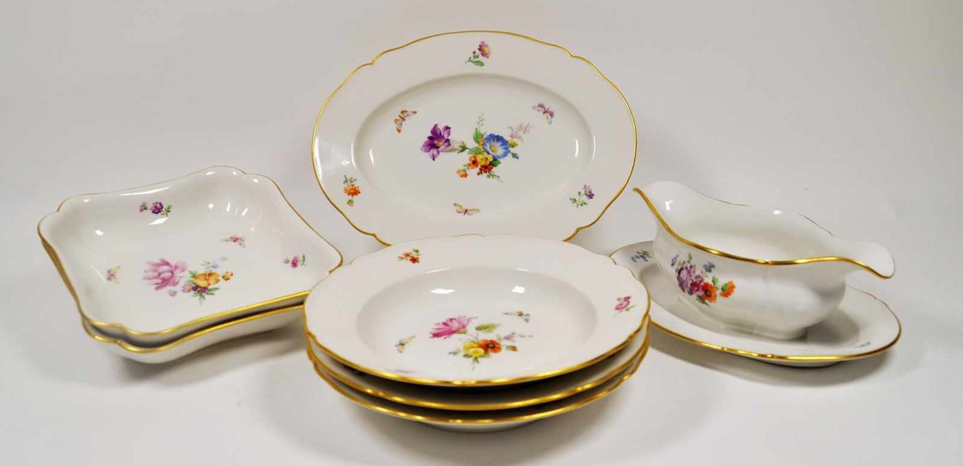 Los 19 - Speiseservice, KPM um 1900,Blumenbouquet, 29 Teile best. aus 12 Suppenteller, 6 Vorspeisenteller,