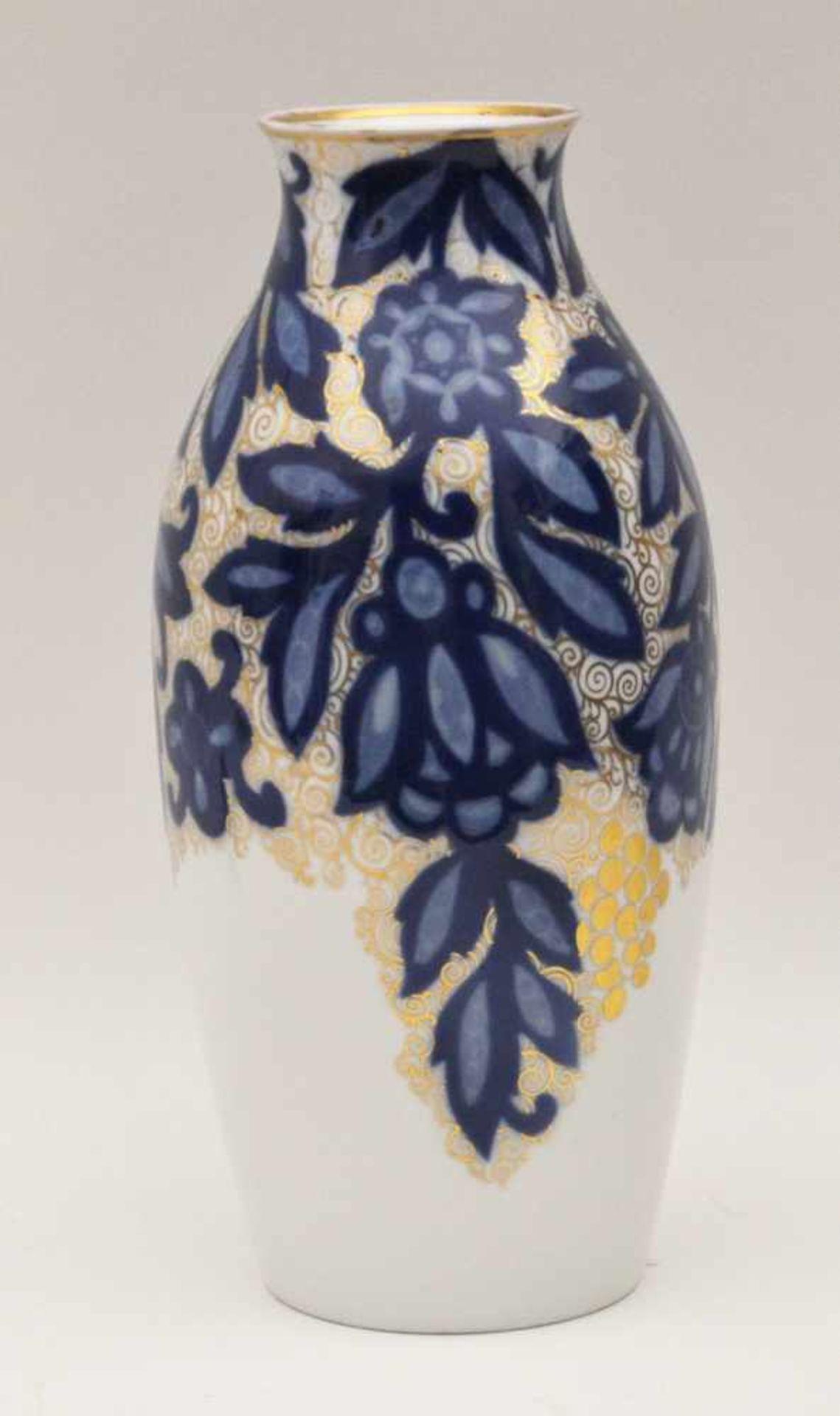 """Los 11 - Vase """"Rosari"""", Rosenthal um 1910,Julius V. Guldbrandsen (1869 -1960),Porzellan, Höhe 33 cm"""