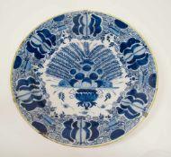 Großer Pfauenteller, Delft Mitte 18. Jh.,Blaumalerei, Dm 35,5 cm