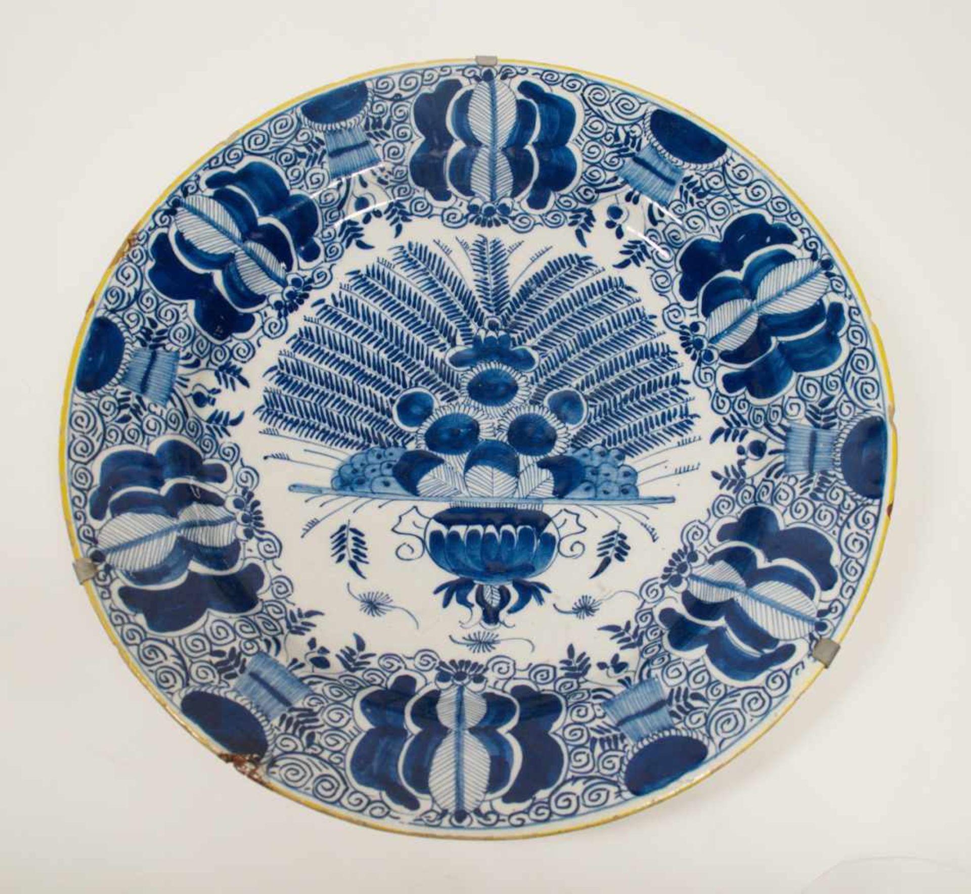 Los 22 - Großer Pfauenteller, Delft Mitte 18. Jh.,Blaumalerei, Dm 35,5 cm