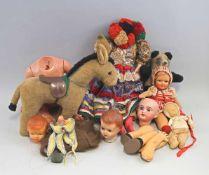 Konvolut Puppen und Stofftiereteils defekt, viele Puppenkleidung