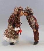 Küssendes Paar Künstlerpuppen Porzellankopfunbespielt, aus Sammlungsauflösung, H 40 cm u. H 40 cm