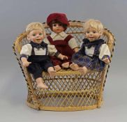 3 Künstlerpuppen Porzellan mit Sofaunbespielt, aus Sammlungsauflösung, ein Finger bestoßen, H 31