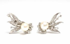 Paar Ohrclips mit Perle 585 Weißgold, besetzt mit je 10 kleinen Brillanten und Brillantsplittern,