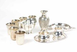 Konvolut Silberobjekte 12-tlg., kleine Vase, Russland, 84 Zolotniki, Höhe 12 cm, 6 kleine Becher und