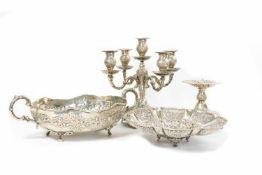 Konvolut Silberobjekte 4-tlg., 2 Kerzenständer, gefüllt, Höhe 16,5 und 28 cm und eine Schale mit