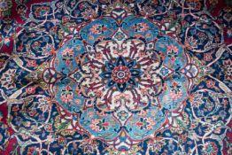 Keshan auf rotem Grund Iran, Wolle auf Wolle, am Rand mit Signatur, 420 cm x 316 cm, Fransen
