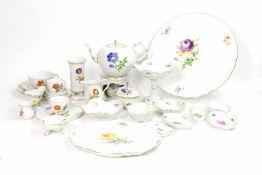 Teeservice für 4 Personen 50-tlg., Meissen, 20. Jh., ein Teller Knaufzeit, Streublümchen, Porzellan,