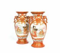 Paar Vasen SatsumaJapan, 1. Hälfte 19. Jh., Pozellan, Höhe 35 cm, eine Vase gerissen