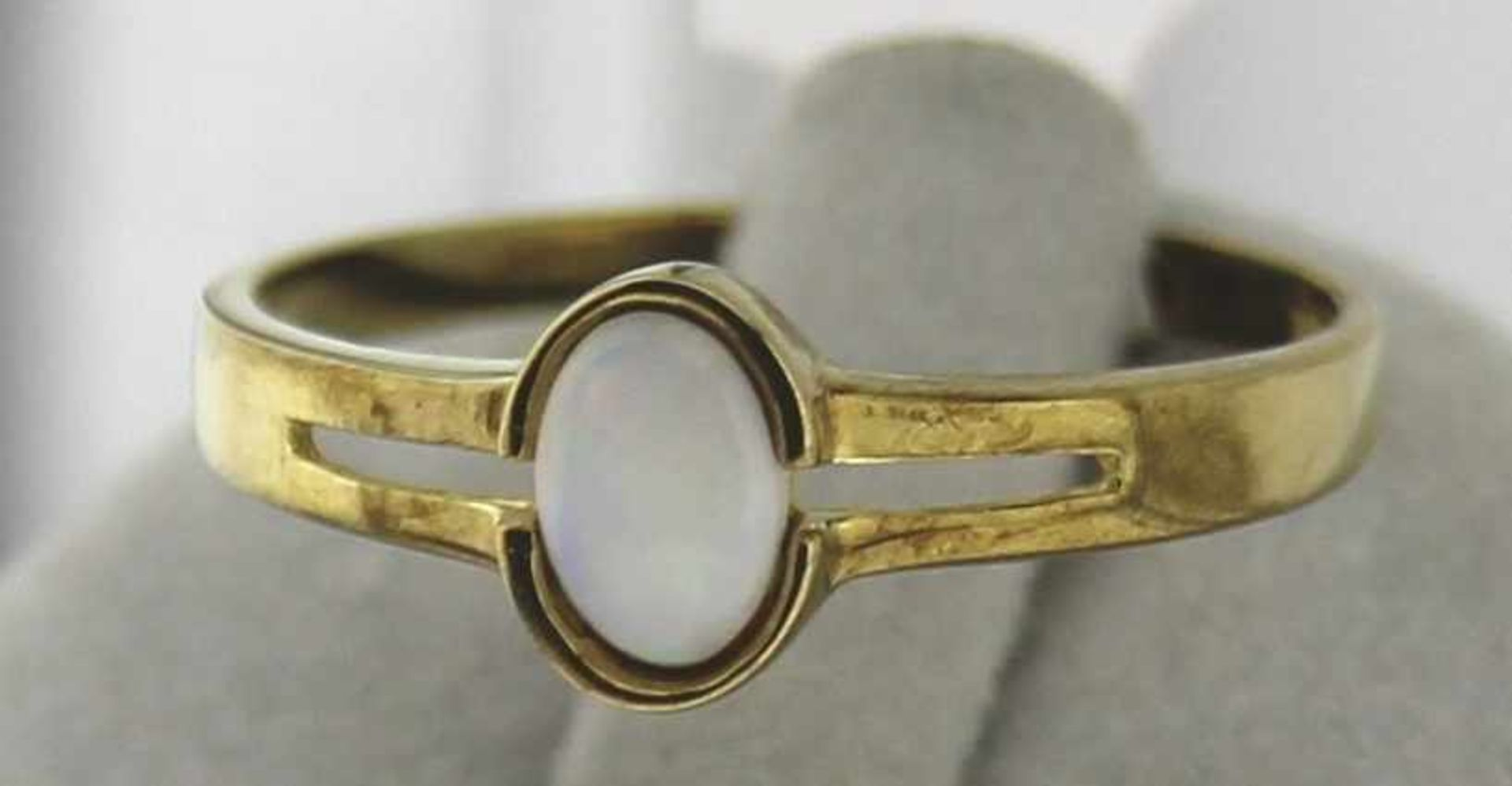 Damenring mit Opal 333 Gold, NOS Gr. 59, Gesamtgewicht ca. 1,5 Gramm, weißer Opal ca. 6 X 4mm, NOS