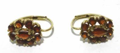333 Gold Ohrhänger in Buttonform, mit Granat in Krappenfassung, ca. 1cm, Gewicht ges. ca. 1,8g