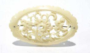 Elfenbeinbrosche in barocker Form, 55x35 mm, leicht in der Länge gewölbt, sehr gute Erhaltung, keine