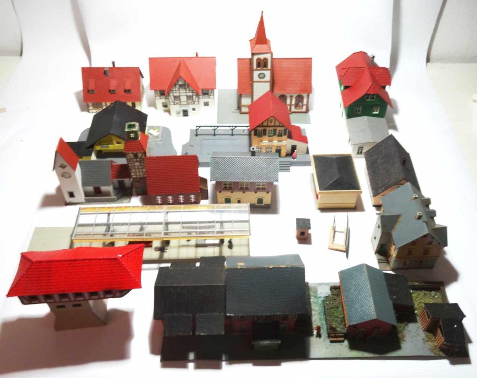 Konvolut Eisenbahn Zubehör Häuser HO 17 Häuser meist in gutem Zustand - Bild 2 aus 3