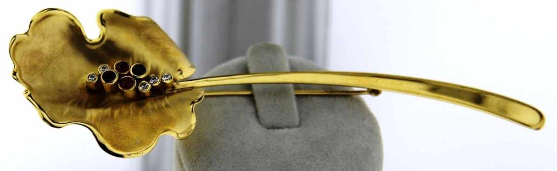 Stabnadel Brosche mit Farbsteinen 333 Gold, NOS sehr schöne Stabnadel mit Blattmotiv, Safire, Rubine
