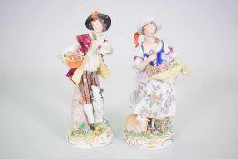 """Paar Sitzendorfer Porzellan Figuren """"Schäferin & Schäfer""""Schäferin mit Blumen in ihrer Schürze,"""