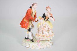 """Sitzendorf Porzellan Gruppe """"Rosenkavalier""""Galantes Paar auf einem Sockel der Manufaktur Sitzendorf,"""