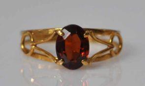 RING ovaler geschliffener Granatstein in durchbrochener Gelbgold Fassung 18ct, 2g, Gr. 53,5