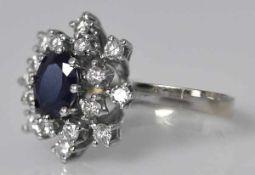 SAPHIR-RING ovaler blauer, geschliffener Saphir umgeben von 16 Brillanten in Weißgoldfassung 14ct,