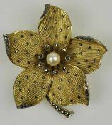 """FAHRNER-BROSCHE Blütenform besetzt mit Markasiten und Perle, rückseitig signiert: """"Monogramm und"""