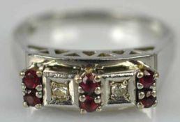 RING besetzt mit 2 Diamanten in viereckiger Fassung und 6 kleinen Rubinen, Fassung mit