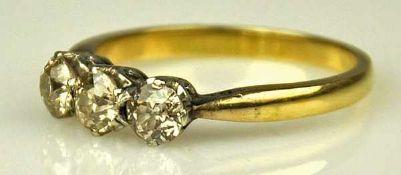 DIAMANTRING drei Altschliffdiamanten in Krappenfassung, gesamt um 0,6-0,7ct als Besatz. Fassung