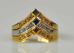 RING tricolor, spitz zulaufende Schauseite, besetzt mit Rubin-, Saphir- u. Smaragdviereck, 18