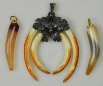 TRACHTENANHÄNGER vier Zähne, in Silberfassung, Sterlingsilber, anbei zwei weitere Anhänger in