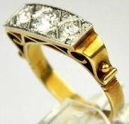 DIAMANT-RING rechteckige Schauseite besetzt mit 3 grösseren Altschliffdiamanten um 0,7-0,75ct,
