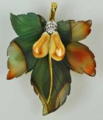 BROSCHE als Eichenblatt aus braungrünem Achat, mit zwei Grandeln u. einem Brillant um 0,15ct als