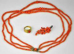 KORALLEN-SET Kette dreireihige Korallenbänder mit korallenroten Kugeln im Verlauf, vergoldeter