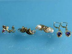 4 verschiedene Ohrringe mit Farbsteinen und Perlen, 20. Jh. 585/- Gelbgold. Gesamtgewicht ca. 10,6