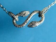 Armband mit zwei diamantbesetzten Schlangen, zusammen ca. 0,66 ct, 21. Jh. 750/- Weißgold.