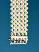 Breites Akoja-Perlarmband mit smaragdbesetztem Schloß, 60- er Jahre Akoyaperlen. Im Durchmesser