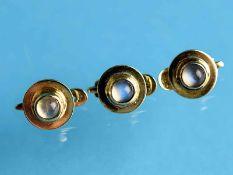 3 Frackknöpfe mit Mondstein-Cabochons, 20. Jh. 585/- Gelbgold. Gesamtgewicht ca. 3,8 g. Runde Form