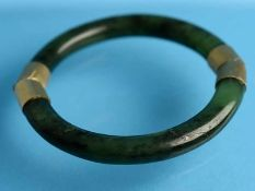 Armreifen aus Jade, 20. Jh. 585/- Gelbgold (geprüft). Zwei Halbbögen aus dunkelgrüner Jade mit