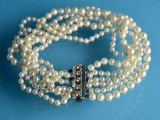 6 reihiges Perlenarmband mit diamantbesetztem Schloß, zusammen ca. 0,25 ct, 20. Jh. 6 reihige