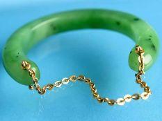Armspange aus Jade, 20. Jh. Bogenförmig geschnittene Jade mit gewölbter Oberfläche. Gesamtgewicht