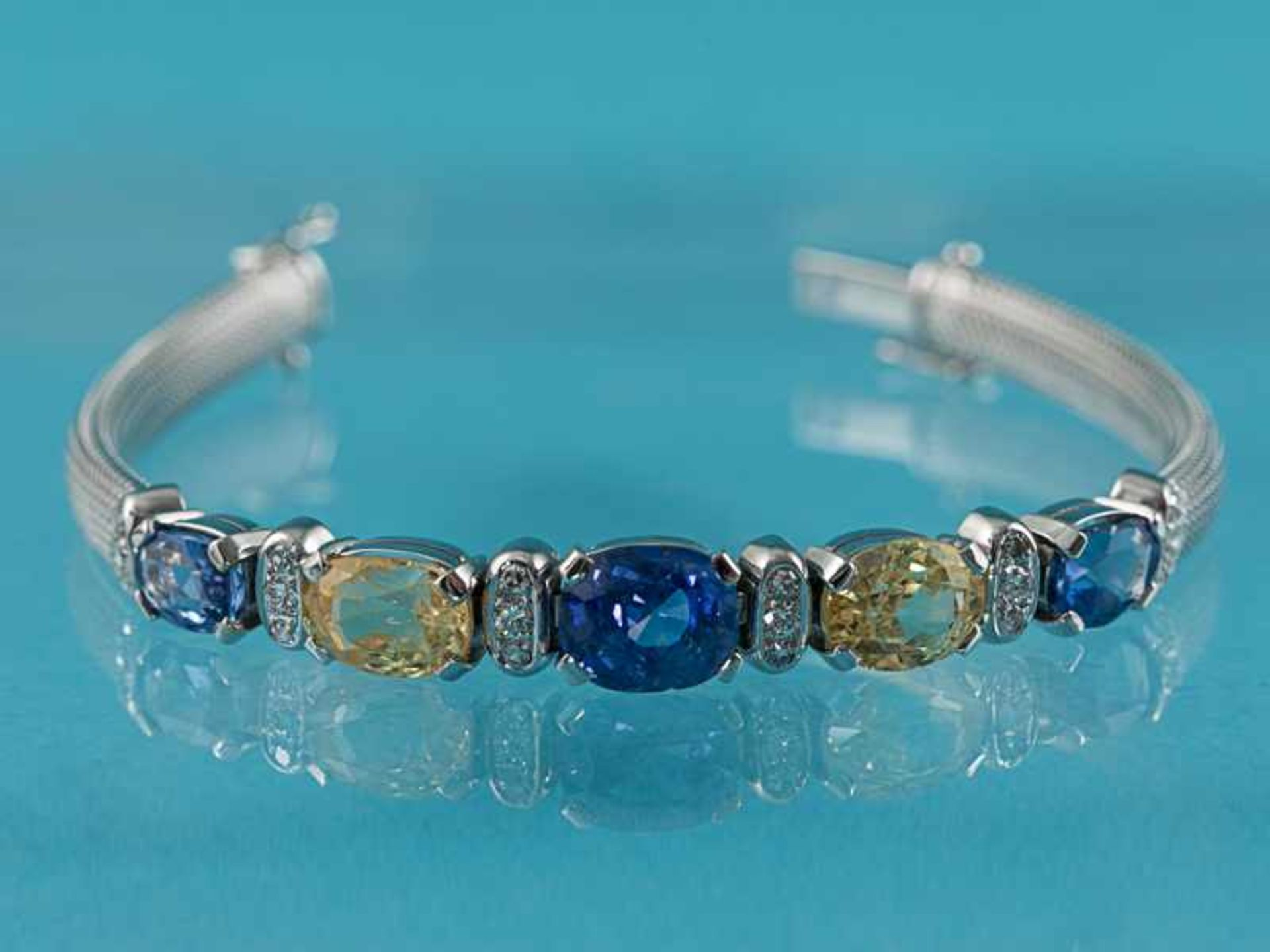 Armband mit gelben und blauen Saphiren, zusammen ca. 13,1 ct und 18 Brillanten, zusammen ca. 0,3 ct,