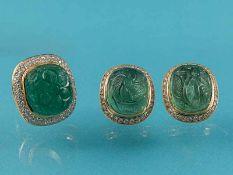 Prunkvolle Schmuckgarnitur: Cocktailring und Ohrringen mit gravierten Smaragd-Cabochons und