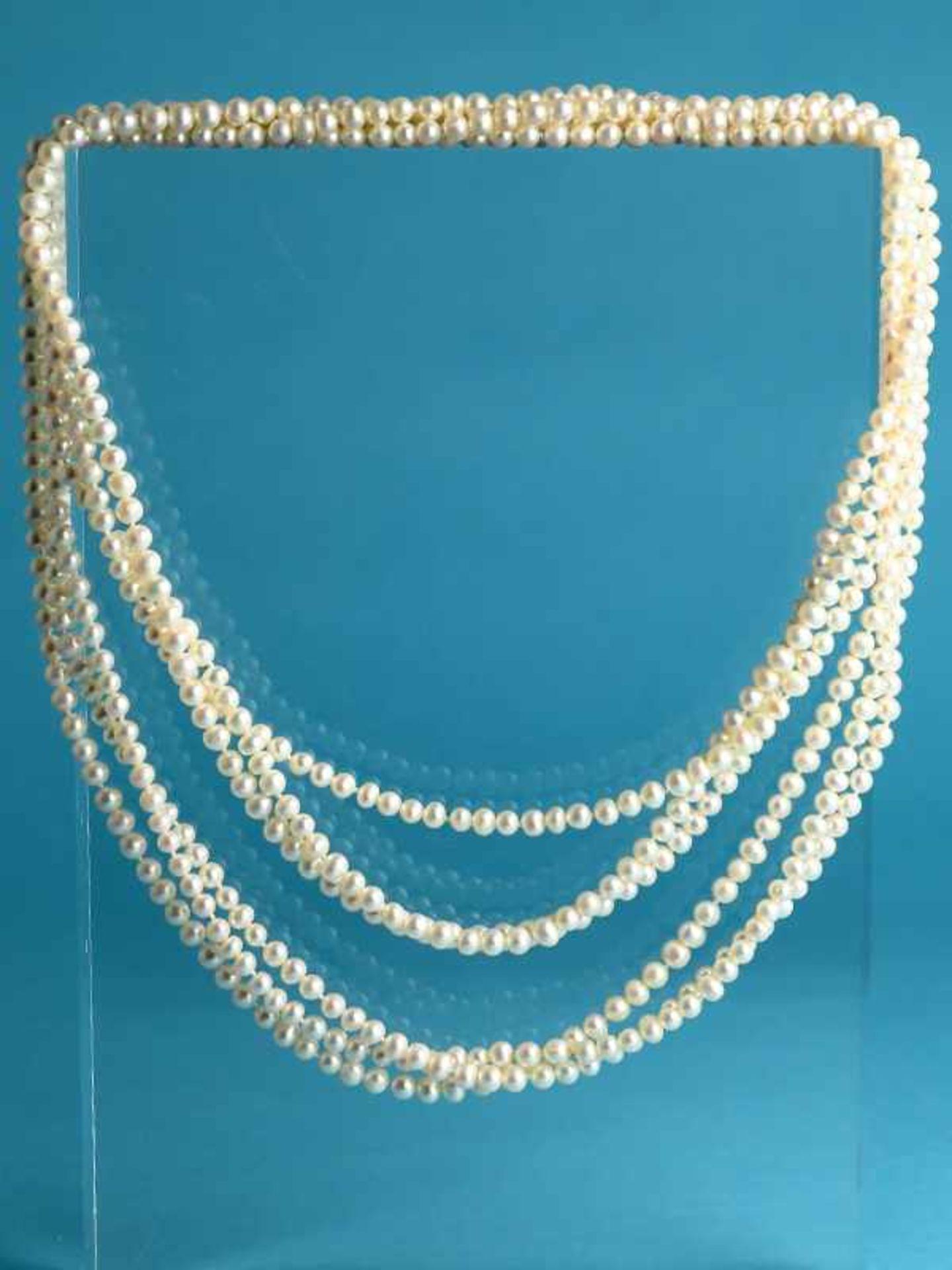 3 lange Zuchtperlenketten, 21. Jh. Endlosstränge und im Abstand von 3 Perlen geknotet. Leichte