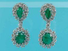 Paar Ohrgehänge mit Smaragd, zusammen ca. 5,5 ct und 46 Brillanten, zusammen ca. 2,5 ct, 70- er