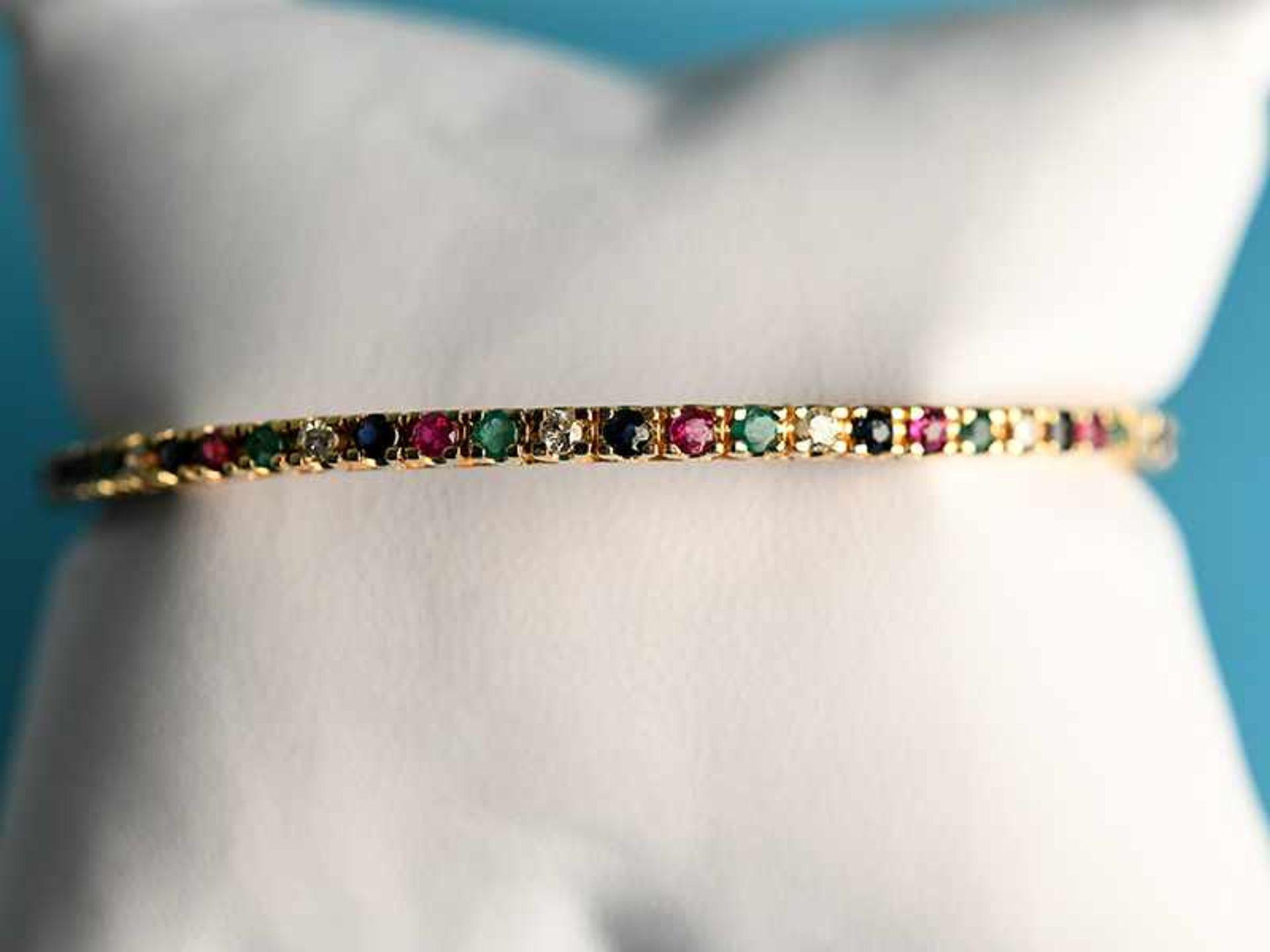Armreifen mit Rubin, Saphir, Smaragd und Brillanten, zusammen ca. 0,3 ct, 20. Jh. 585/- Gelbgold. - Bild 2 aus 2
