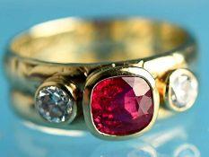Ring mit Rubin und 2 Altschliff-Diamanten, zusammen ca. 0,24 ct, 20. Jh. 585/- Gelbgold.
